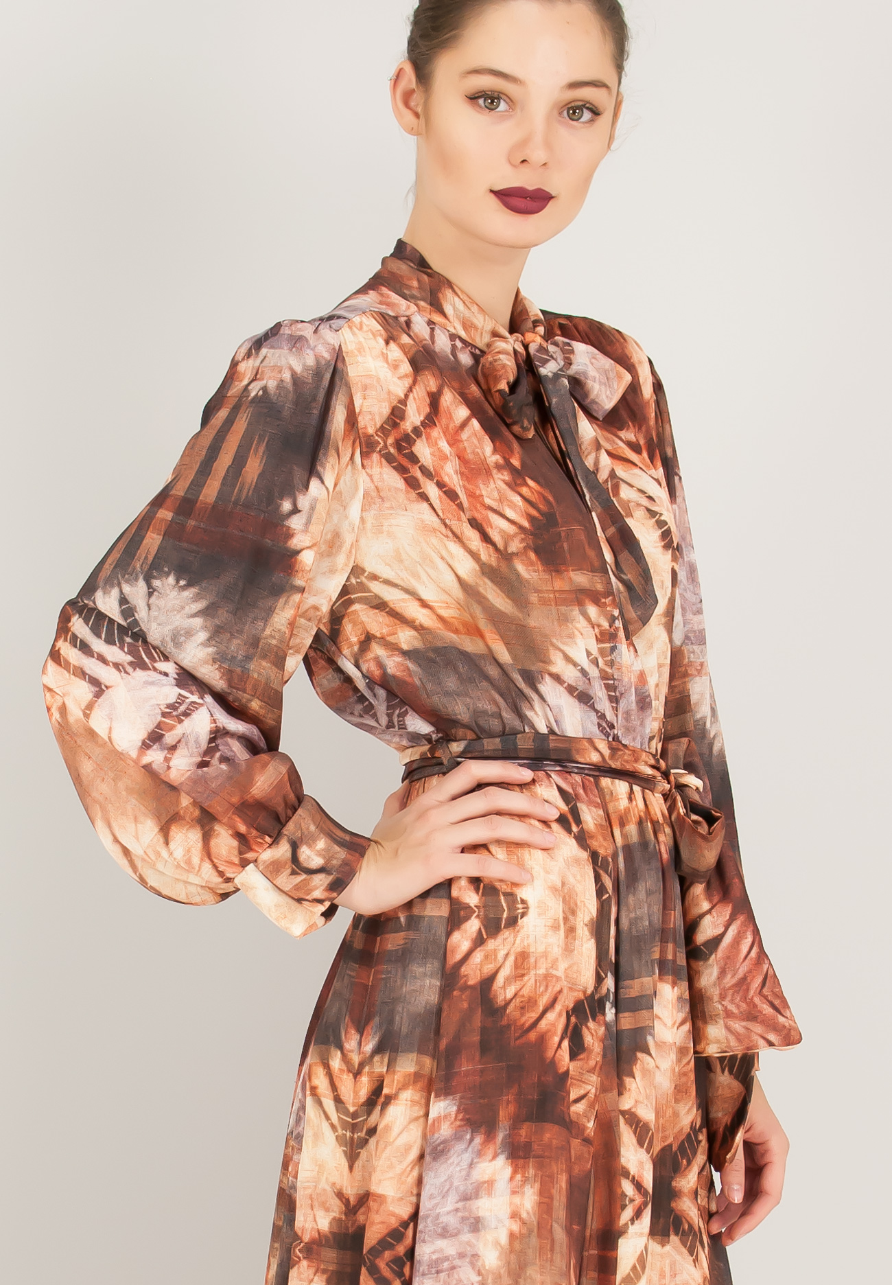 001aafeeefb1 Maxi σατέν φόρεμα με δέσιμο στο λαιμό.
