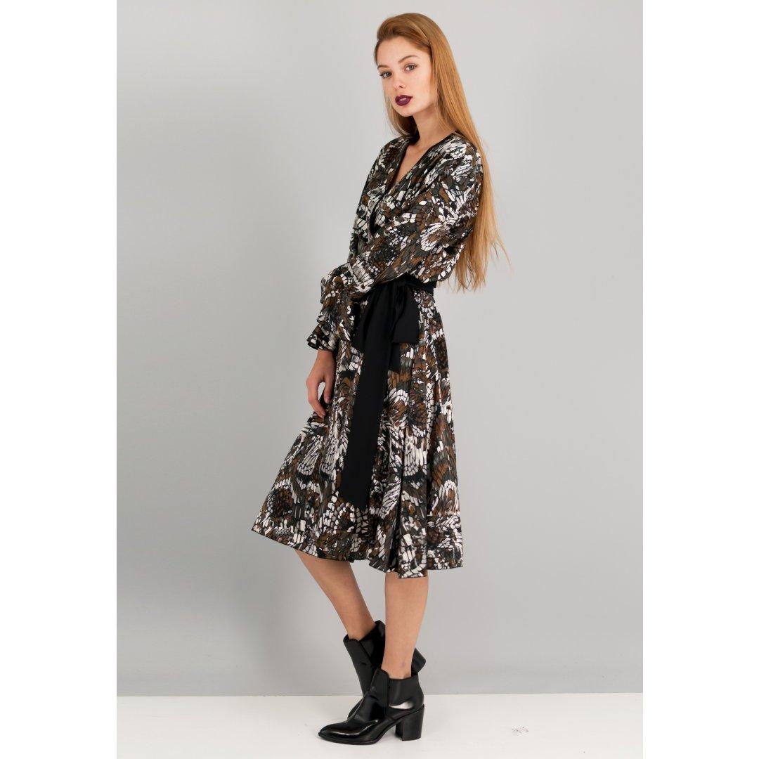 Εμπριμέ φόρεμα σε στυλ ρόμπας. ενδυματα   φορεματα