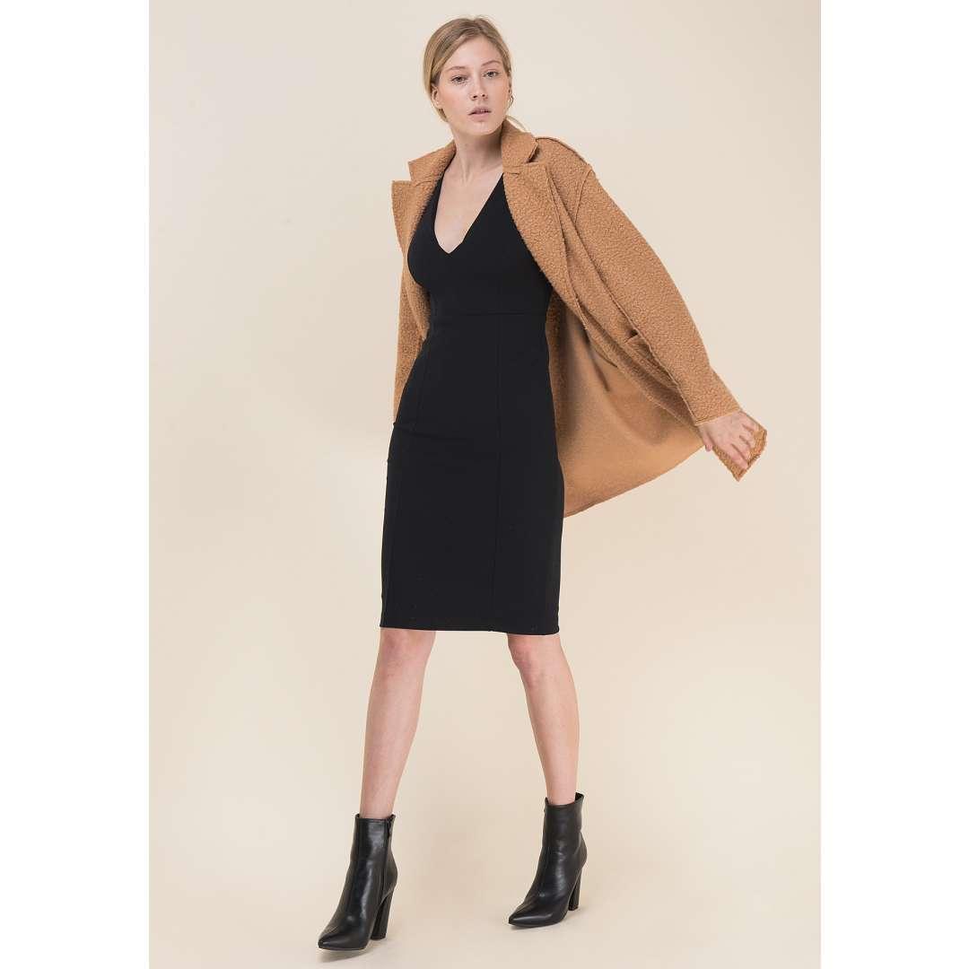 Εφαρμοστό φόρεμα με V λαιμόκοψη