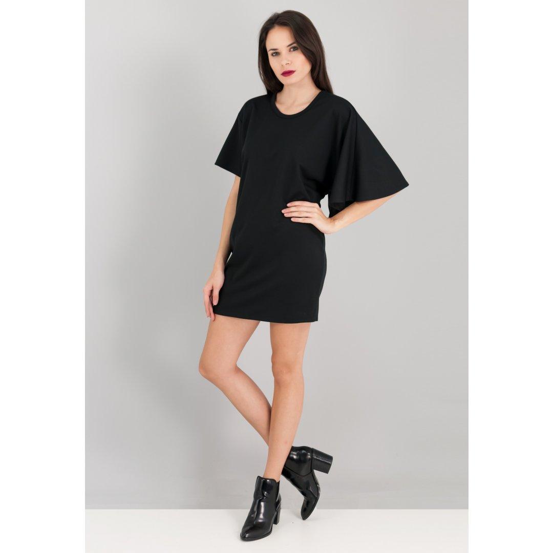 Μίνι μαύρο φόρεμα με ασύμμετρα μανίκια.