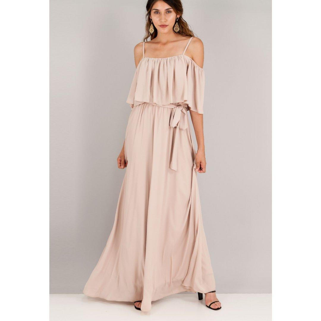 Μακρύ φόρεμα με έξω τους ώμους και βολάν στο μπούστο. ενδυματα   φορεματα