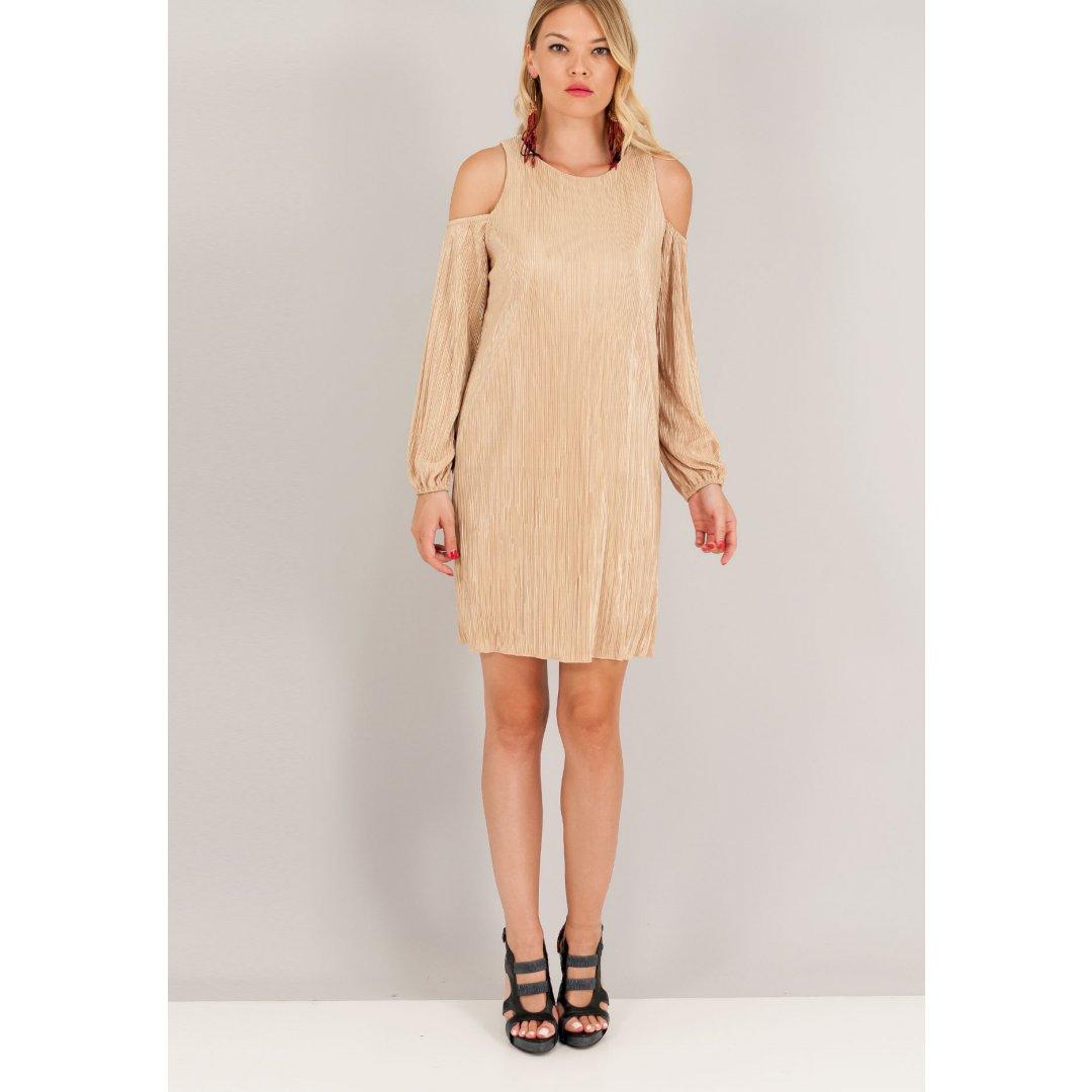 Πλισέ φόρεμα με μακριά μανίκια και έξω τους ώμους.