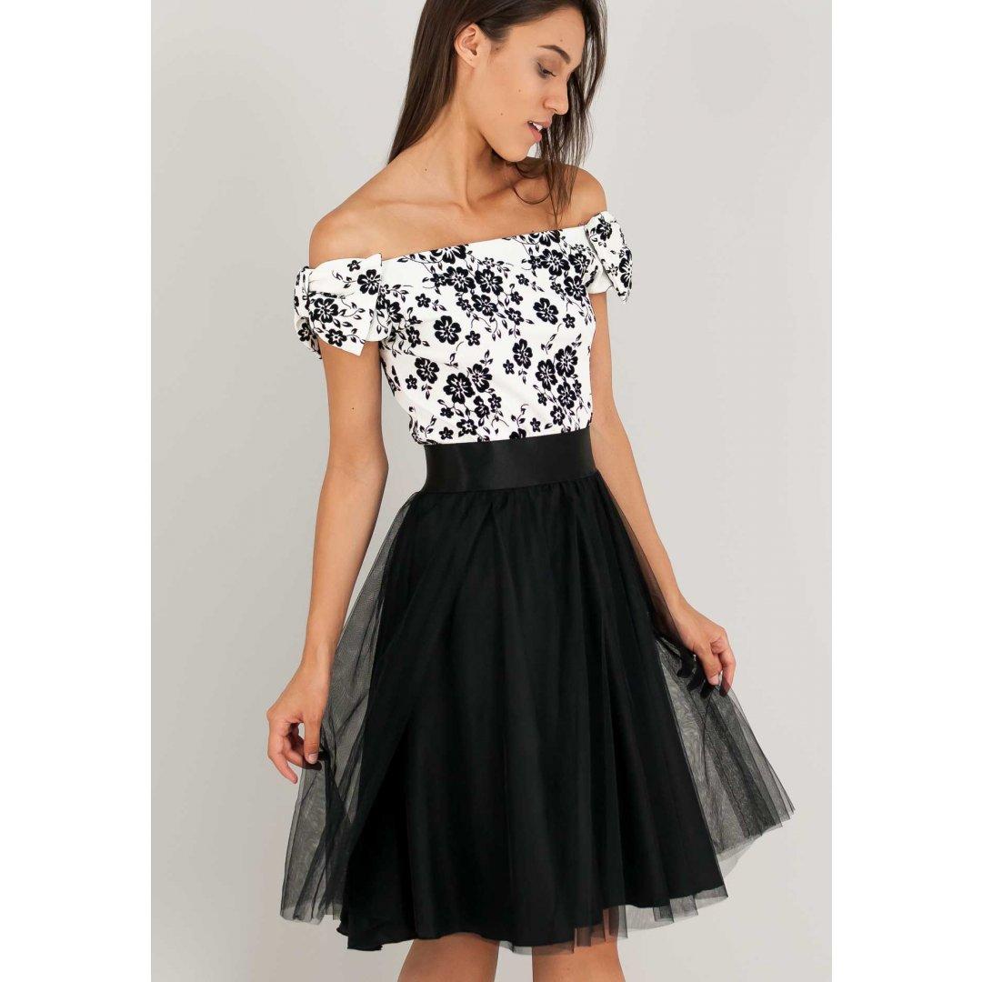 Ασπρόμαυρο φόρεμα με έξω τους ώμους και φούστα με δίχτυ.