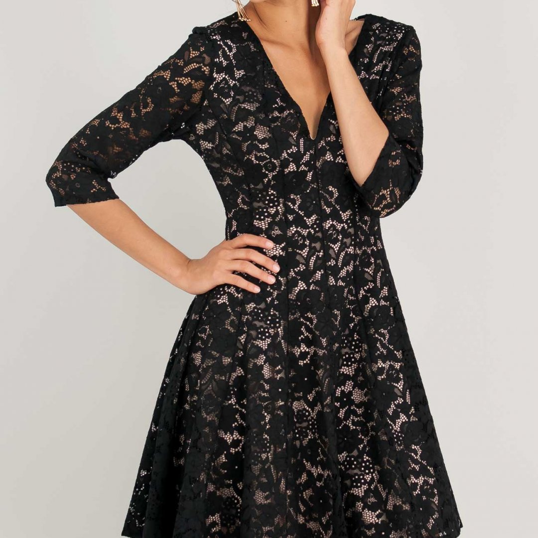 Δαντελένιο φόρεμα με λαιμόκοψη V.