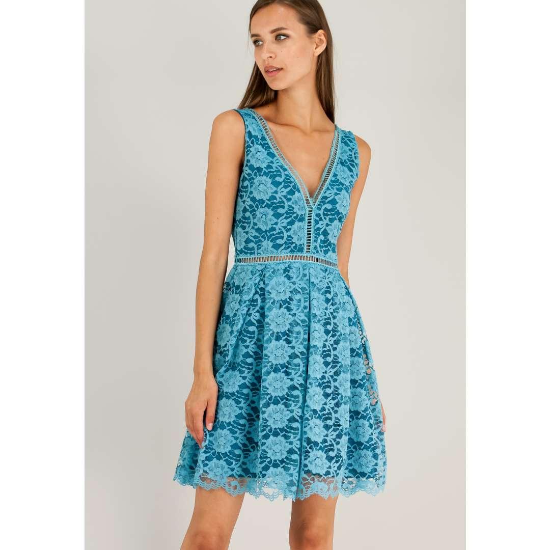 Κοντό δαντελένιο φόρεμα με V πλάτη.