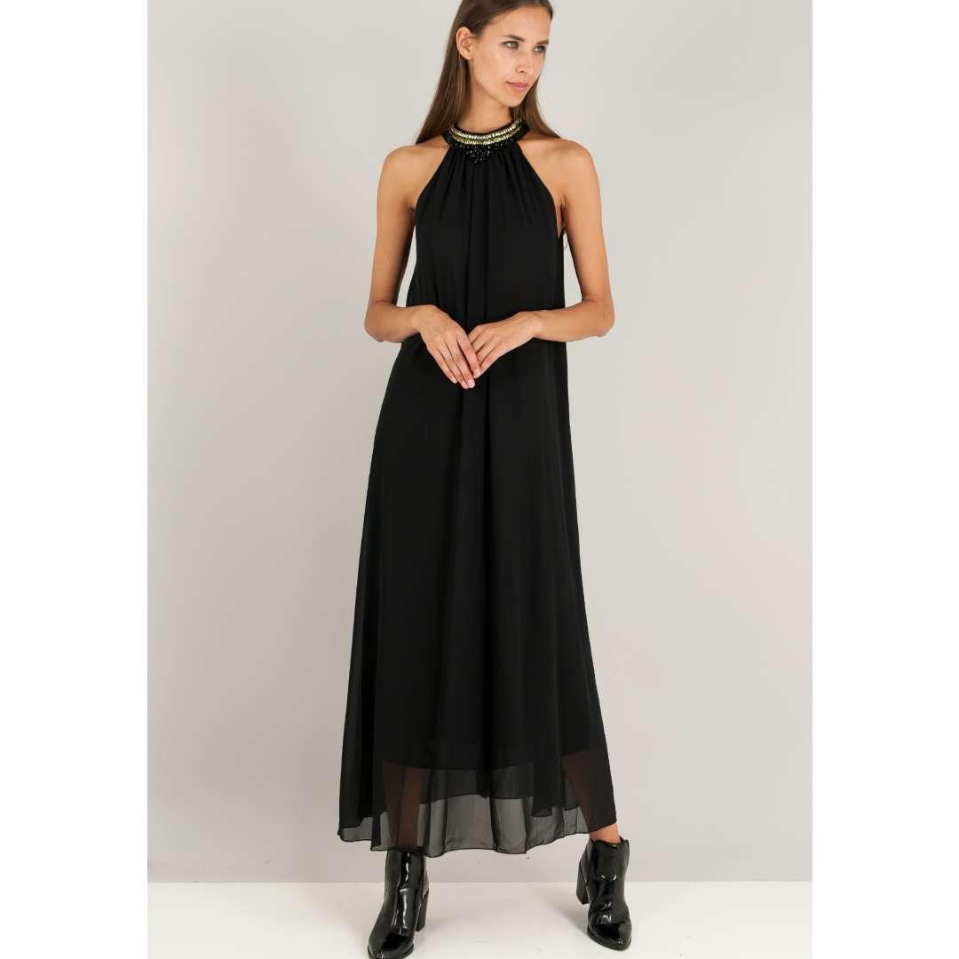 Μακρύ φόρεμα με λεπτομέρεια με πέτρες στο λαιμό.