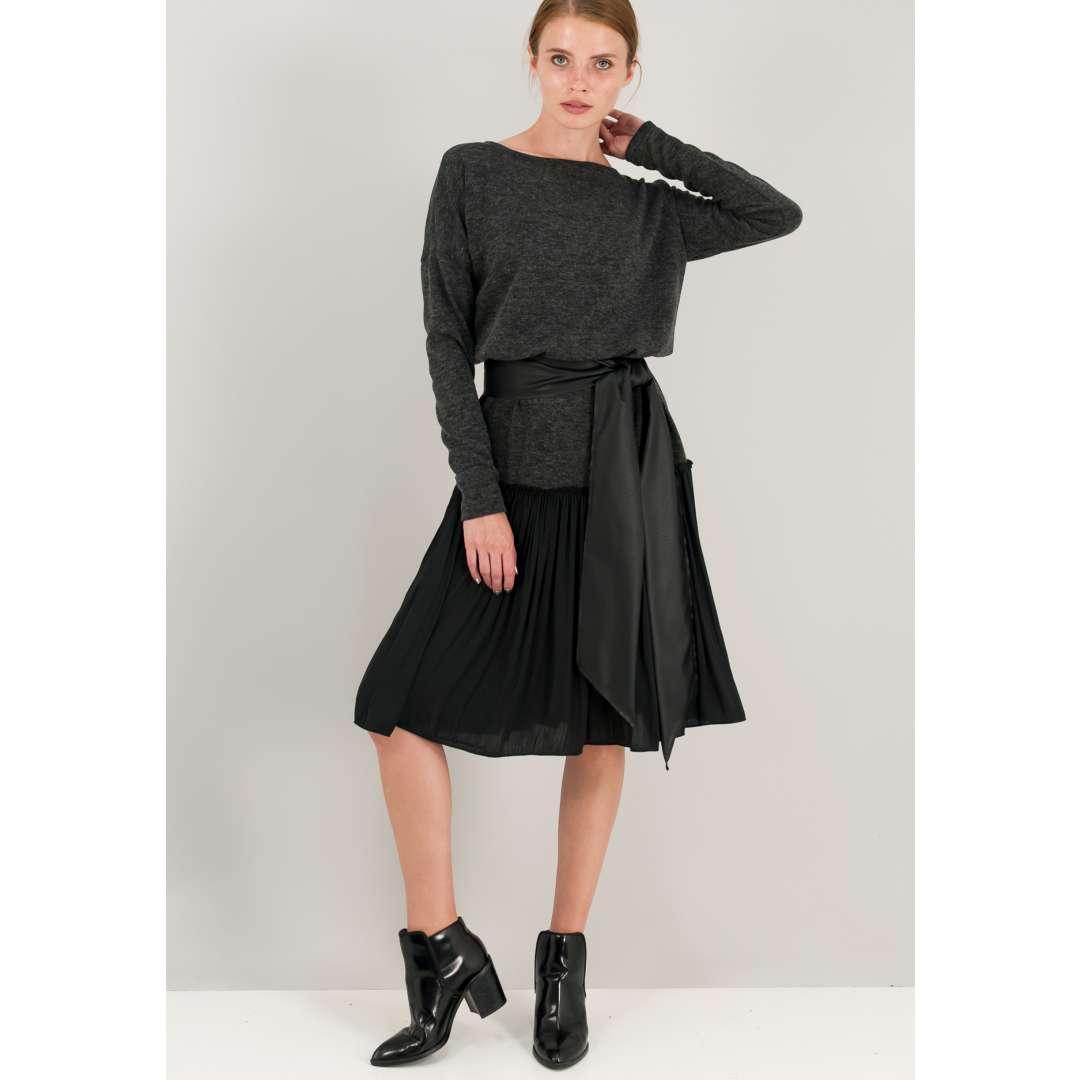 Μίντι πλεκτό φόρεμα με πλισέ βολάν στο τελείωμα.