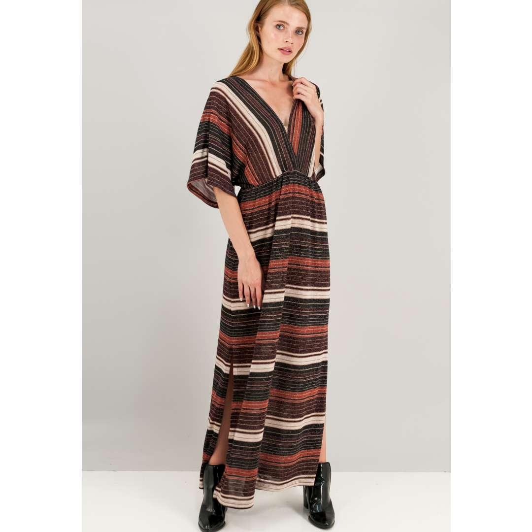 Μακρύ κρουαζέ λούρεξ φόρεμα με βαθύ ντεκολτέ και σκίσιμο στο πλάι.