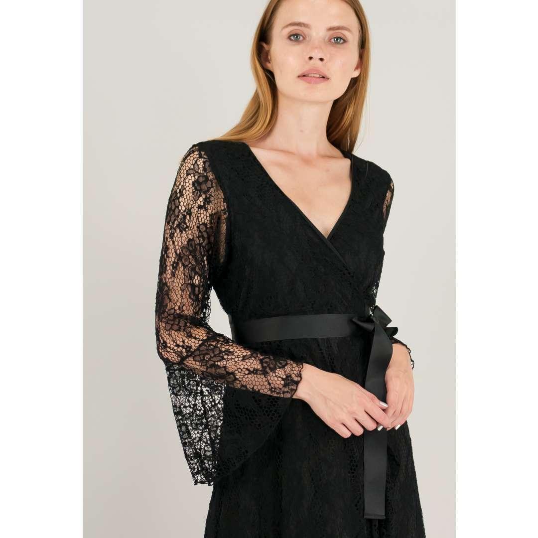 Μακρύ δαντελένιο κρουαζέ φόρεμα με δέσιμο στη μέση.