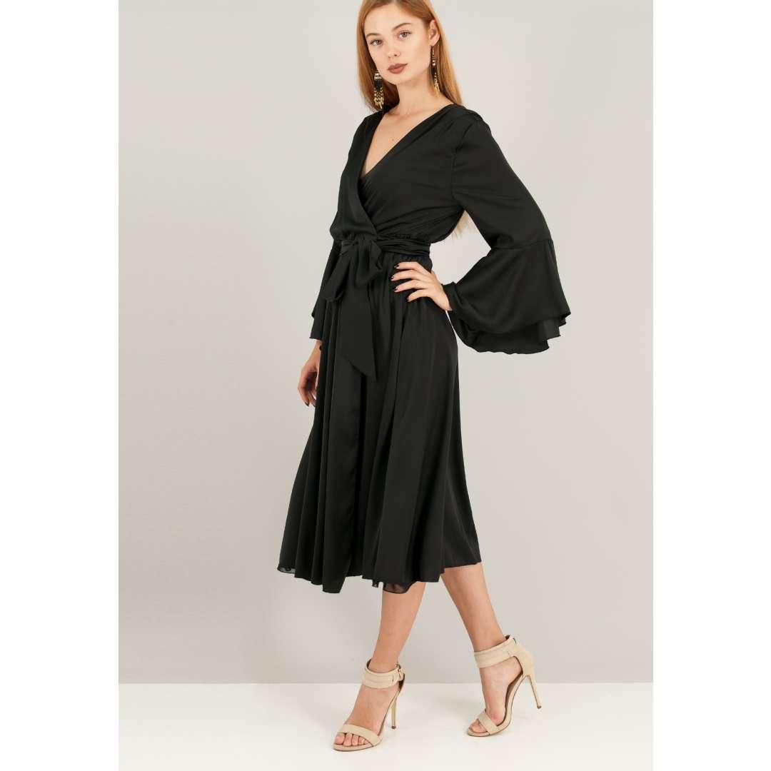 Μίντι μαύρο φόρεμα σε στιλ ρόμπας.