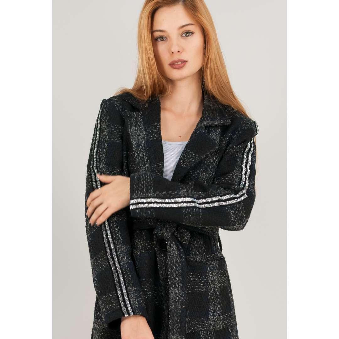 Καρό παλτό με λούρεξ ρίγα στα μανίκια.