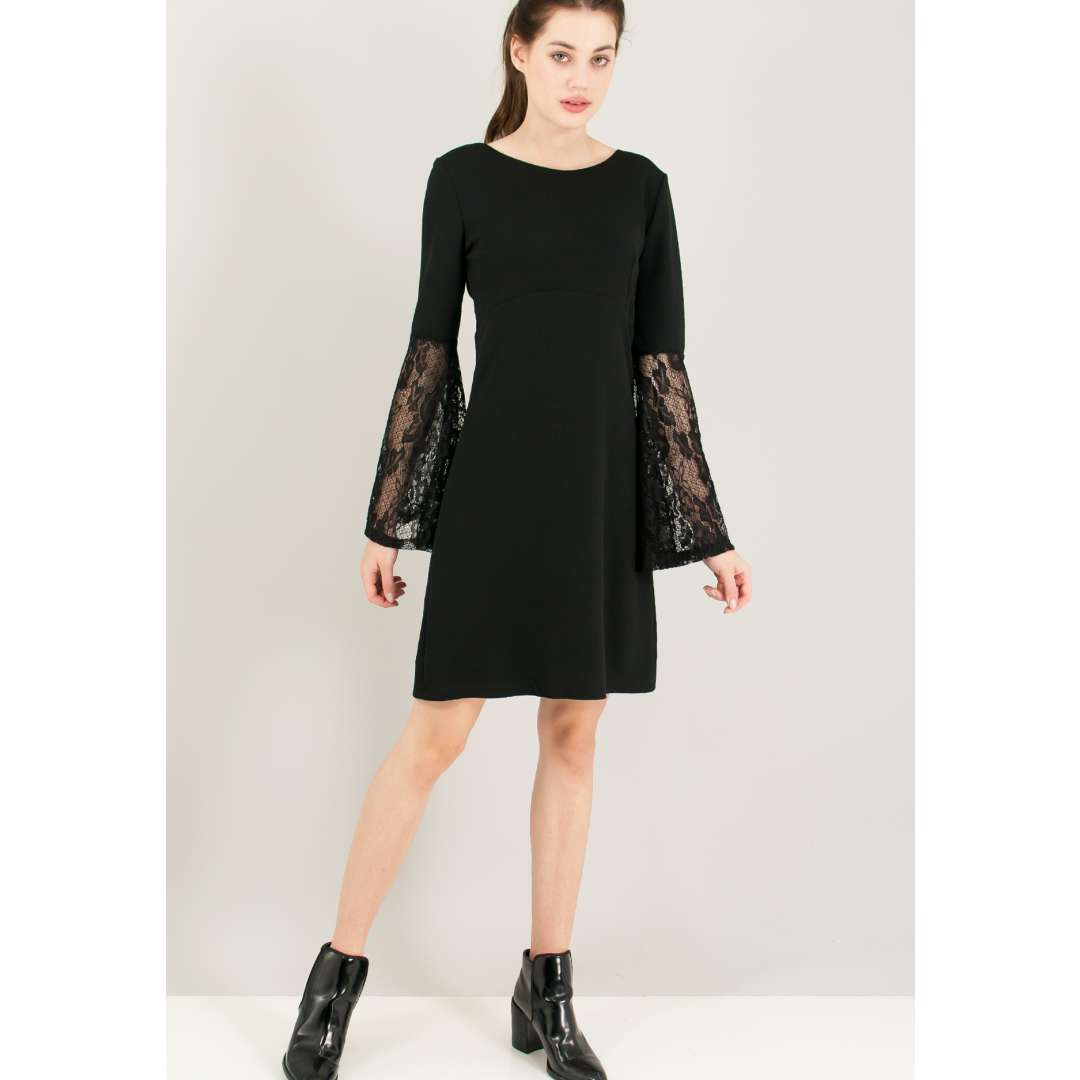Φόρεμα με δαντελένια μανίκια.