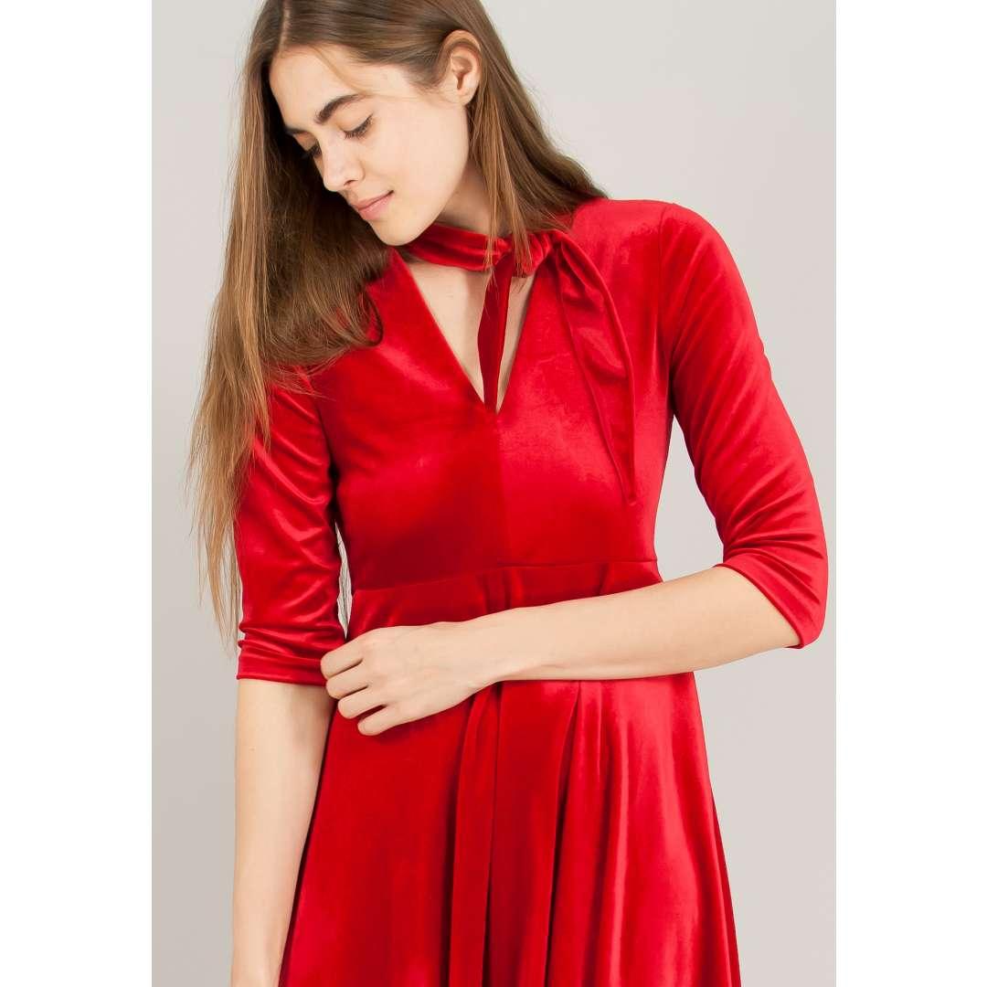 Βελούδινο κλος φόρεμα με δέσιμο στο λαιμό.