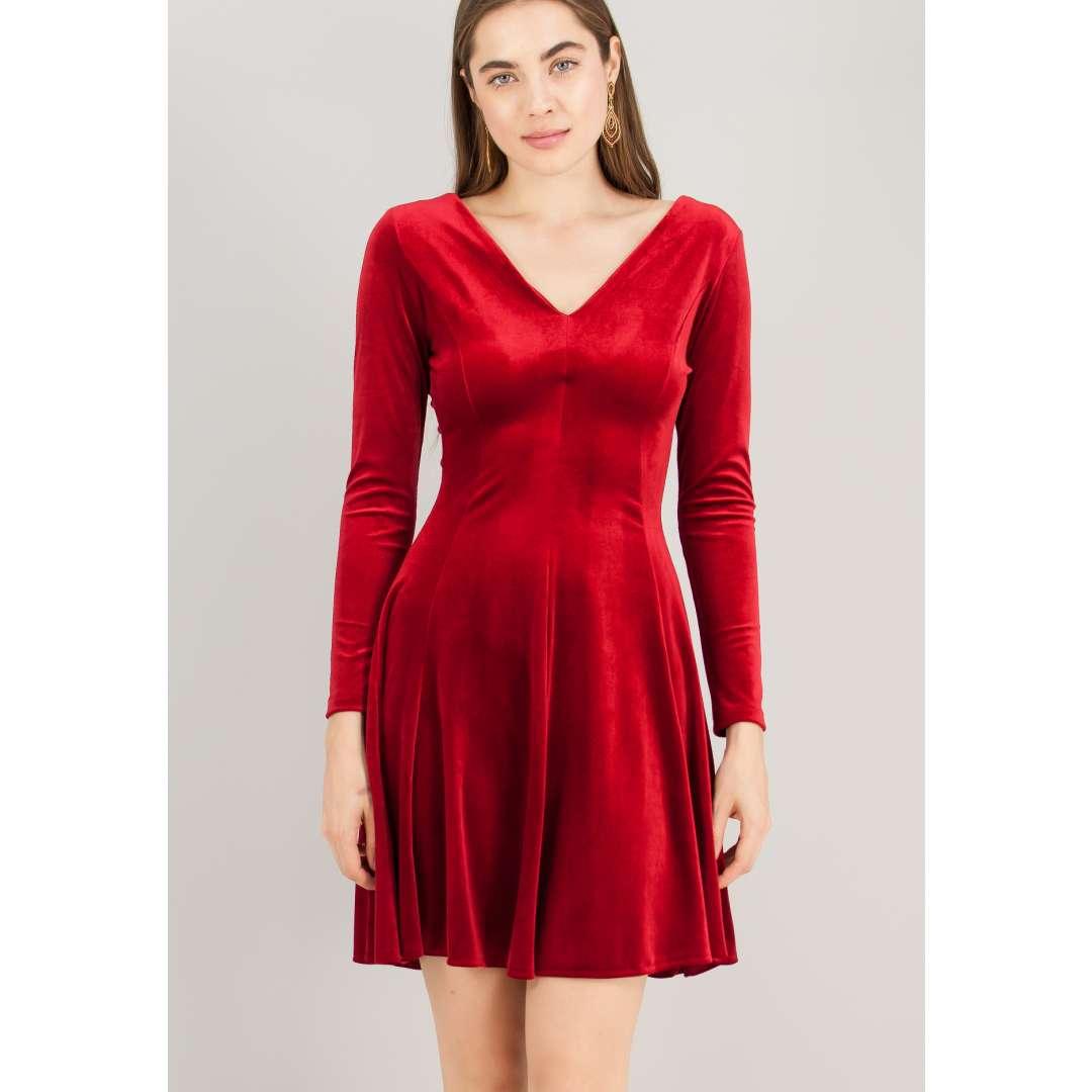Βελούδινο φόρεμα με λαιμόκοψη V.