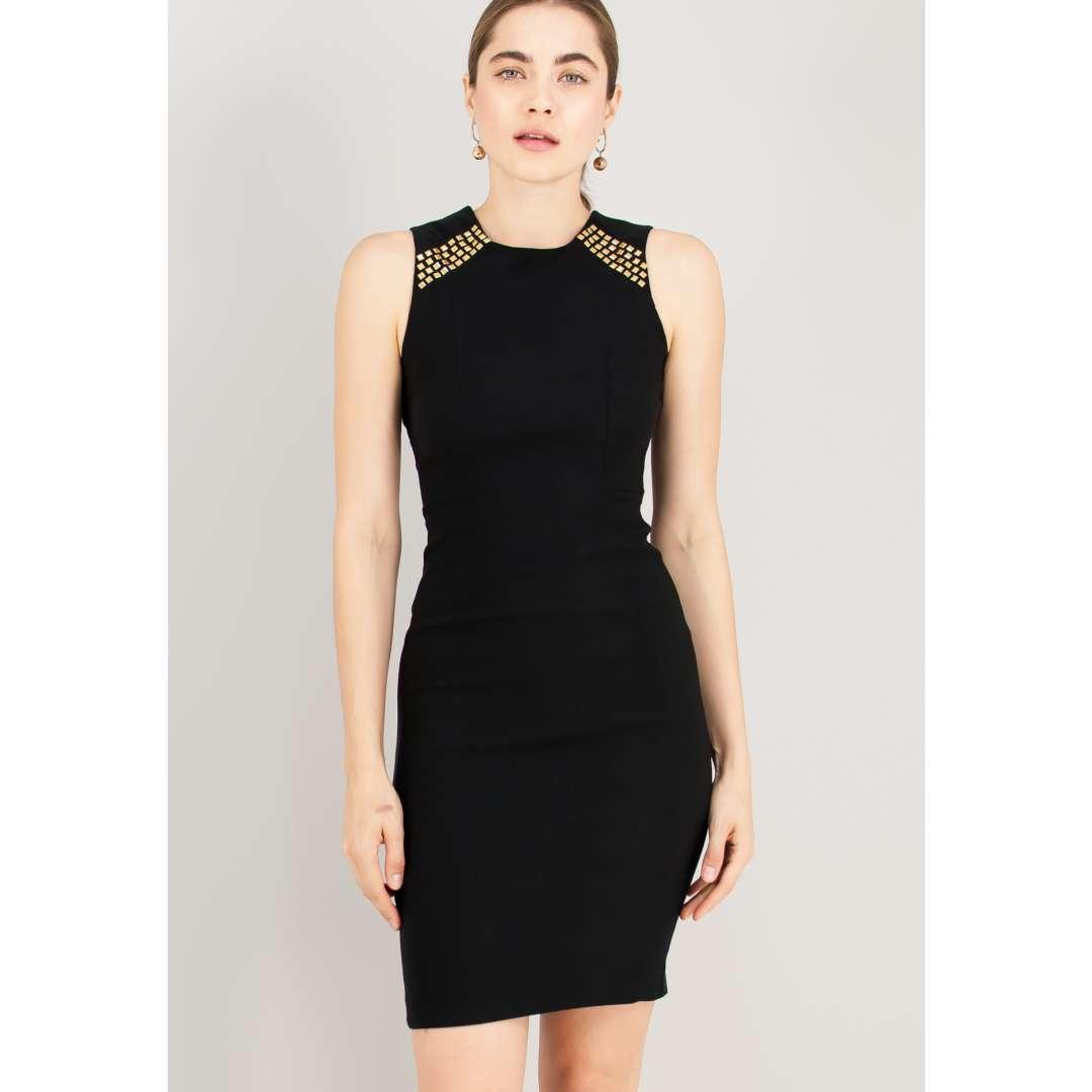 Εφαρμοστό φόρεμα με μεταλλικές λεπτομέρειες.