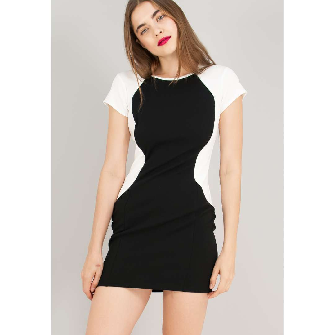 Ασπρόμαυρο εφαρμοστό φόρεμα.