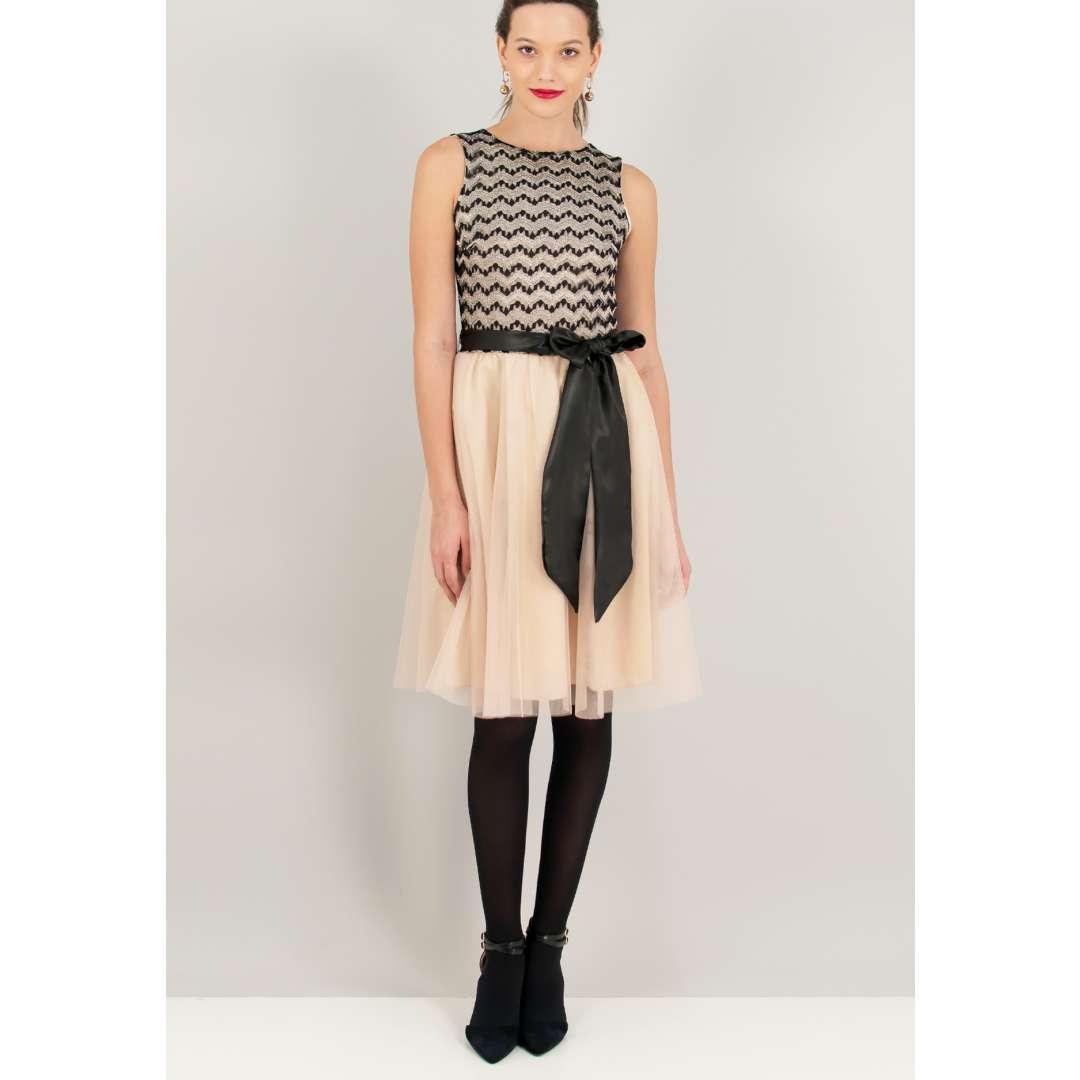 Φόρεμα με φούστα από δίχτυ. ενδυματα   φορεματα