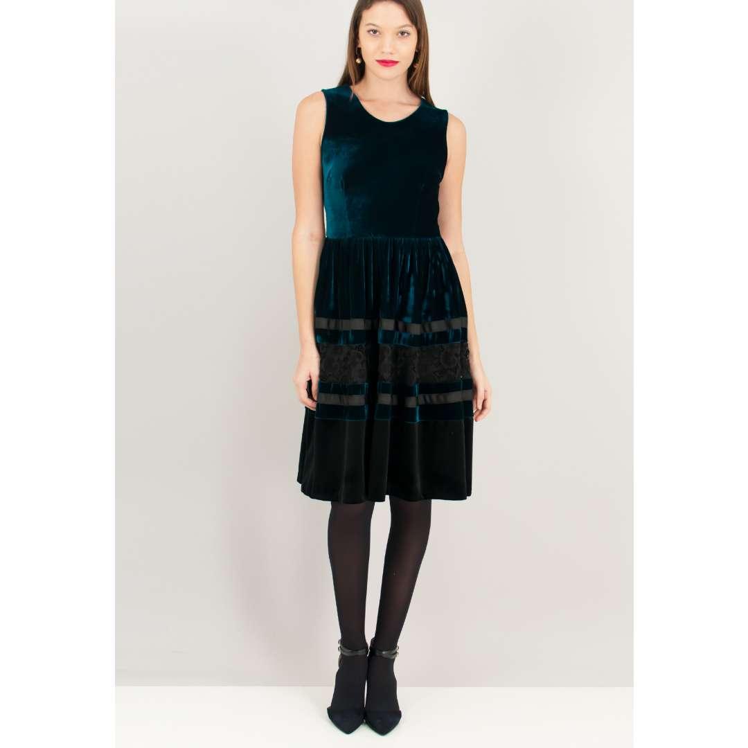 Βελούδινο κλος φόρεμα με αντίθεση. ενδυματα   φορεματα