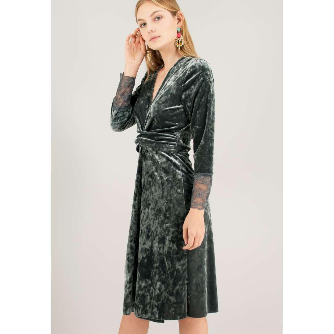Βελούδινο φόρεμα με σούρα στη μέση.