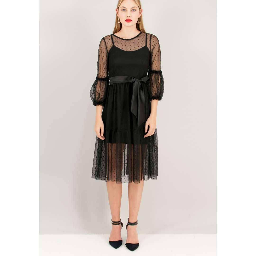 Φόρεμα από δίχτυ με ανάγλυφο μοτίβο.