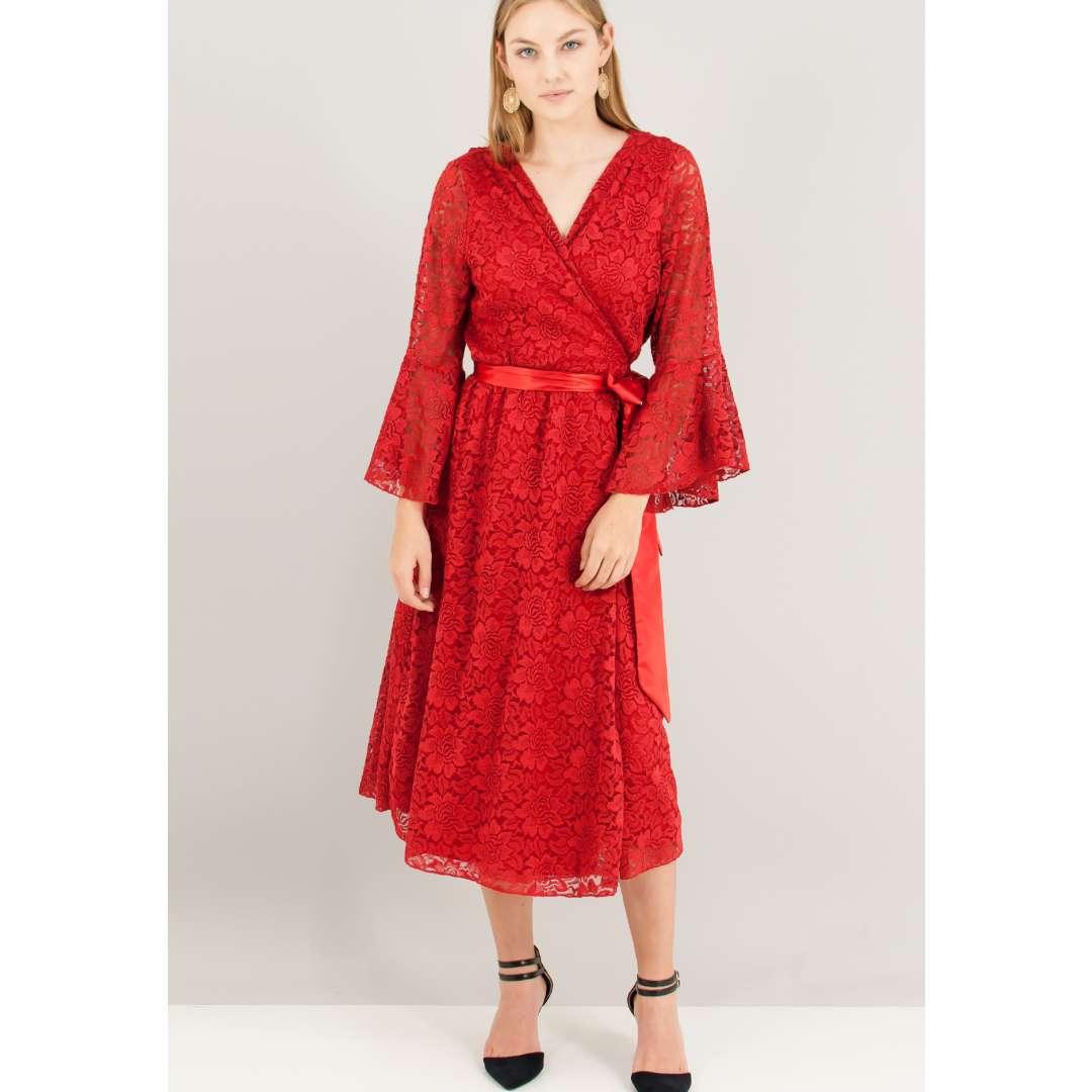 Μίντι δαντελένιο φόρεμα σε στιλ ρόμπας.