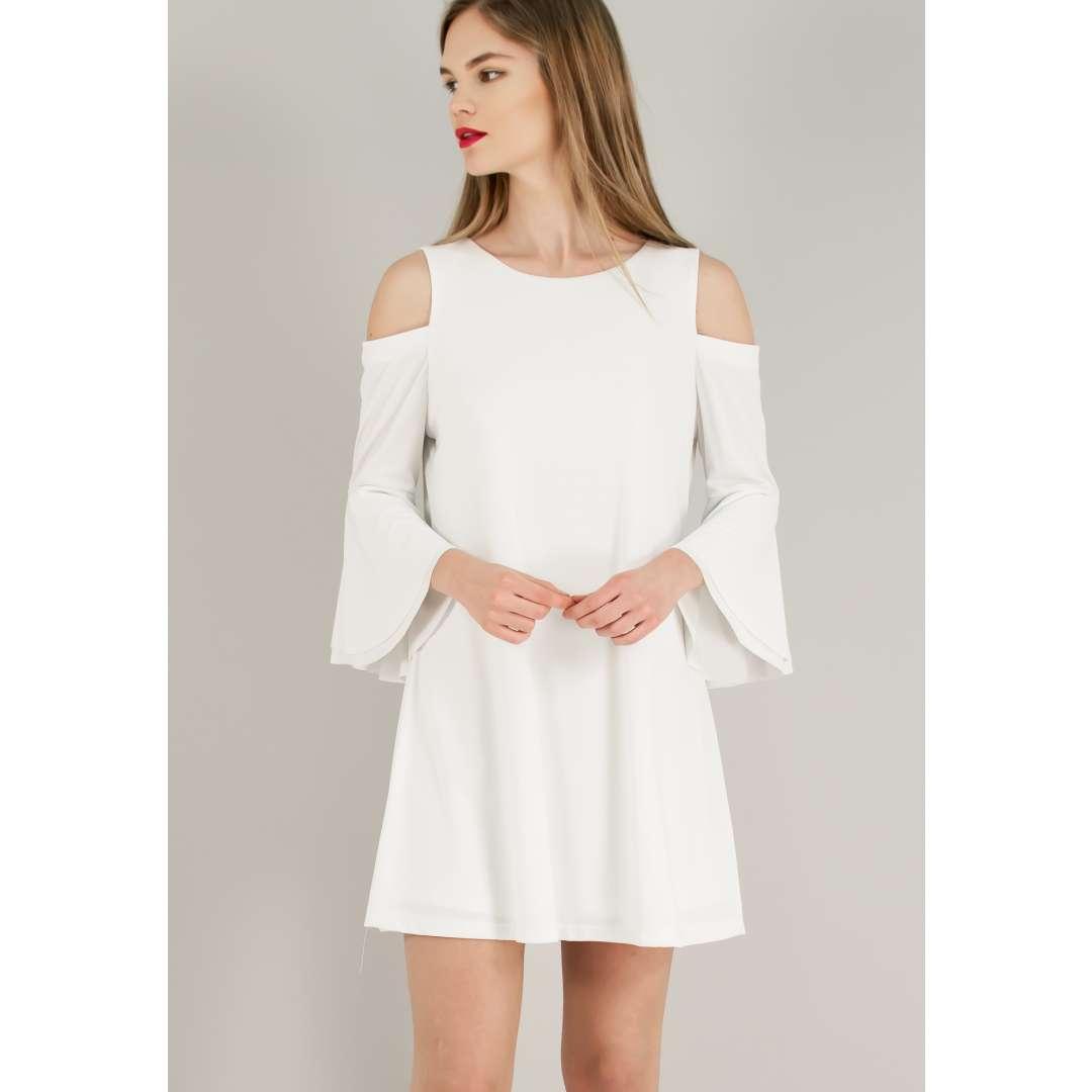 Φόρεμα με ακάλυπτους ώμους.
