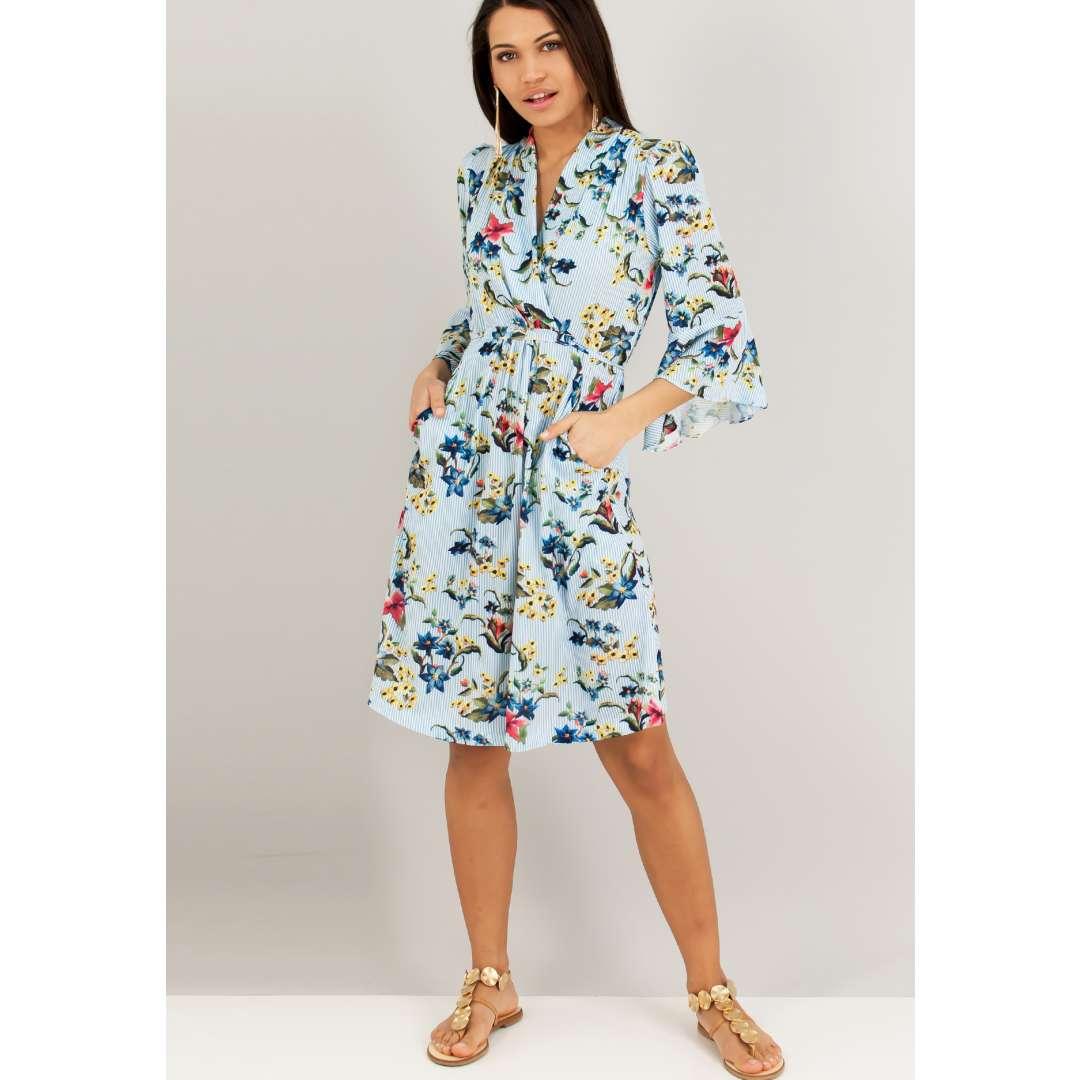 Εμπριμέ φόρεμα με κρουαζέ λαιμόκοψη και μανίκια καμπάνα. ενδυματα   φορεματα