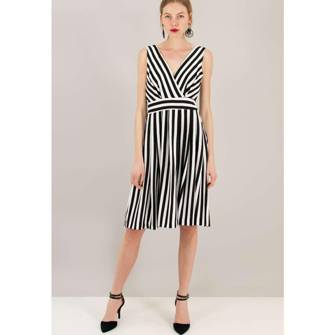 Ριγέ ασπρόμαυρο κλός φόρεμα.