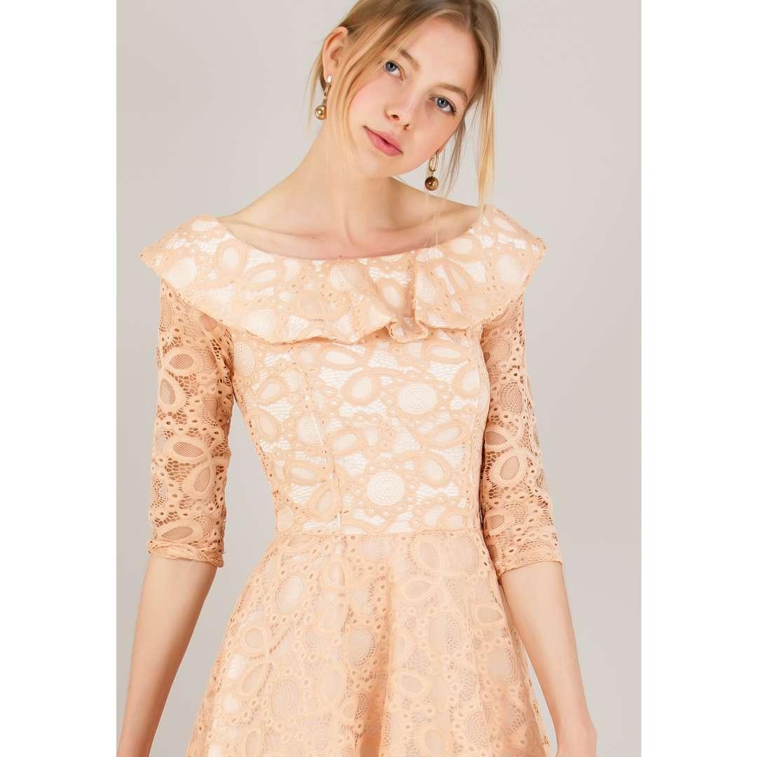 Δαντελένιο κλός φόρεμα με βολάν στο μπούστο.