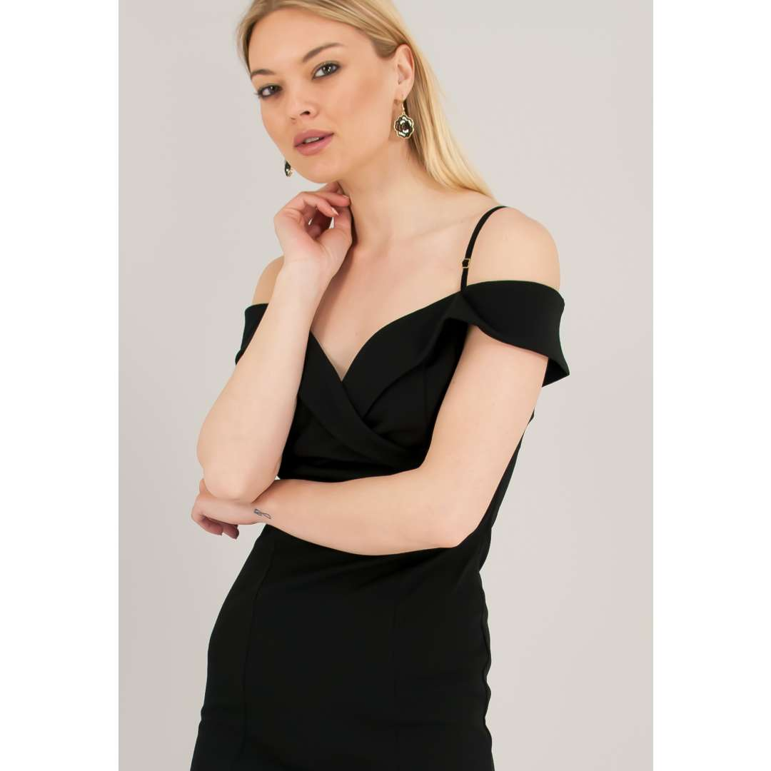 Φόρεμα με έξω τους ώμους και βολάν στο μπούστο. ενδυματα   φορεματα   εφαρμοστά φορέματα
