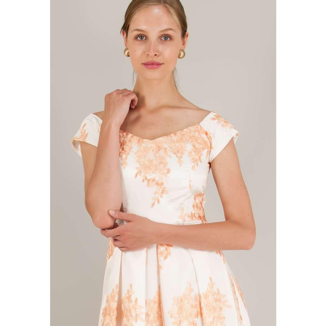 Φόρεμα φουρό με ανάγλυφο κέντημα.