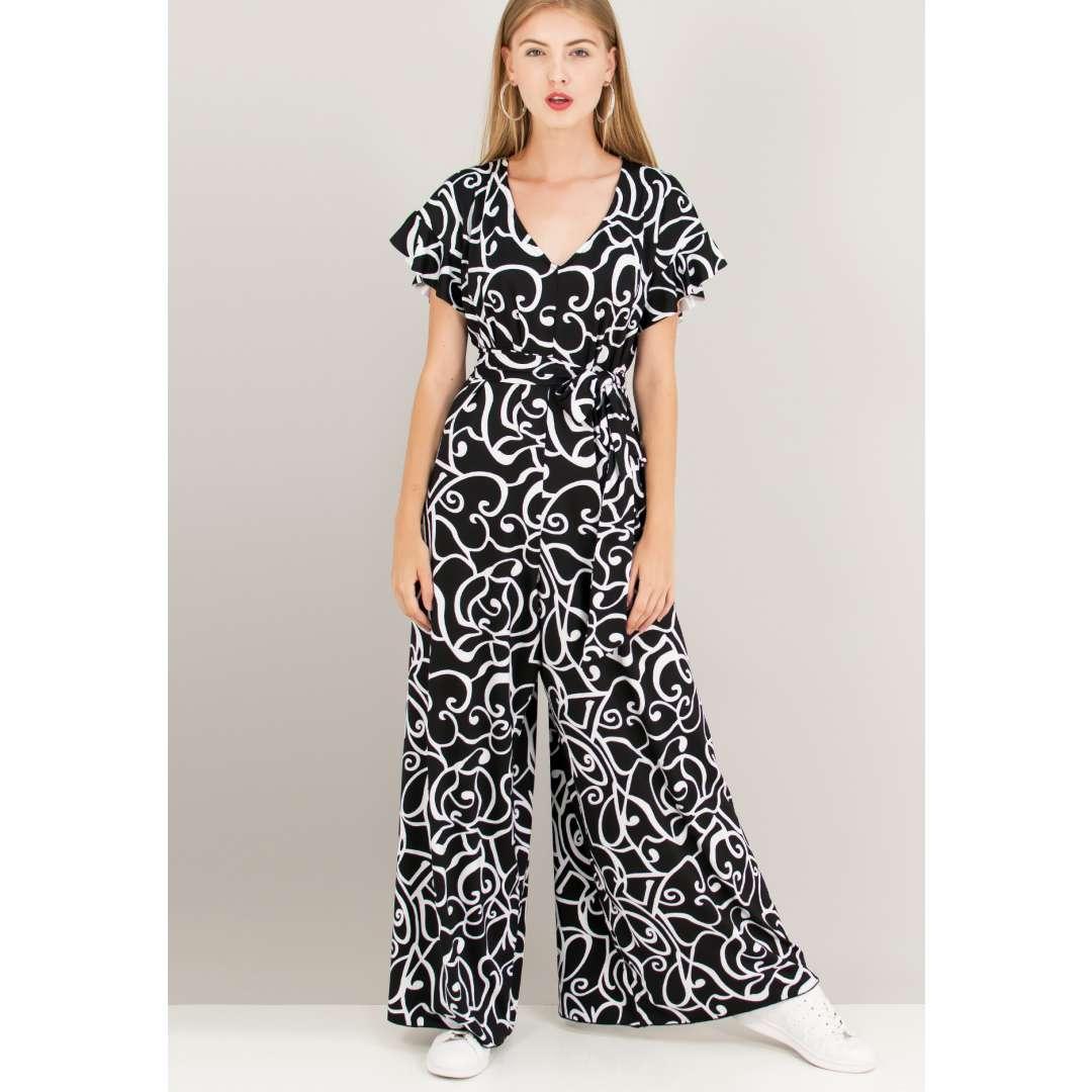 Ολόσωμη φόρμα με ασπρόμαυρο μοτίβο.