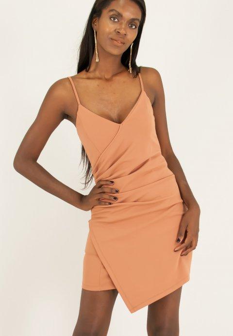 Εφαρμοστό φόρεμα με σούρες στο πλάι. a4f51fbcd42