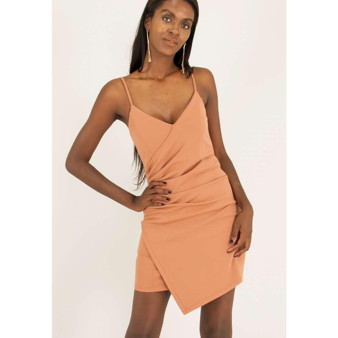 Εφαρμοστό φόρεμα με σούρες στο πλάι.