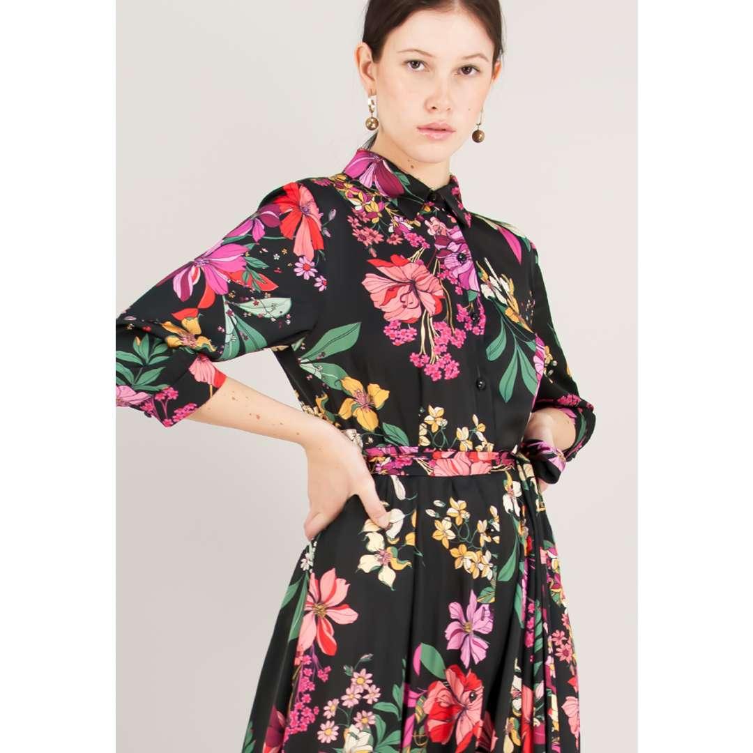 Μακρύ φλοράλ φόρεμα σε στιλ πουκάμισο.