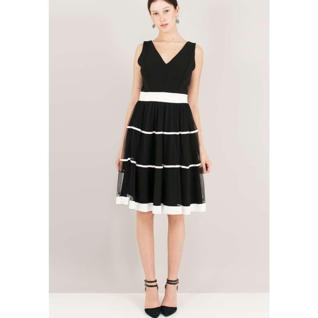 Ασπρόμαυρο φόρεμα με δίχτυ στη φούστα.