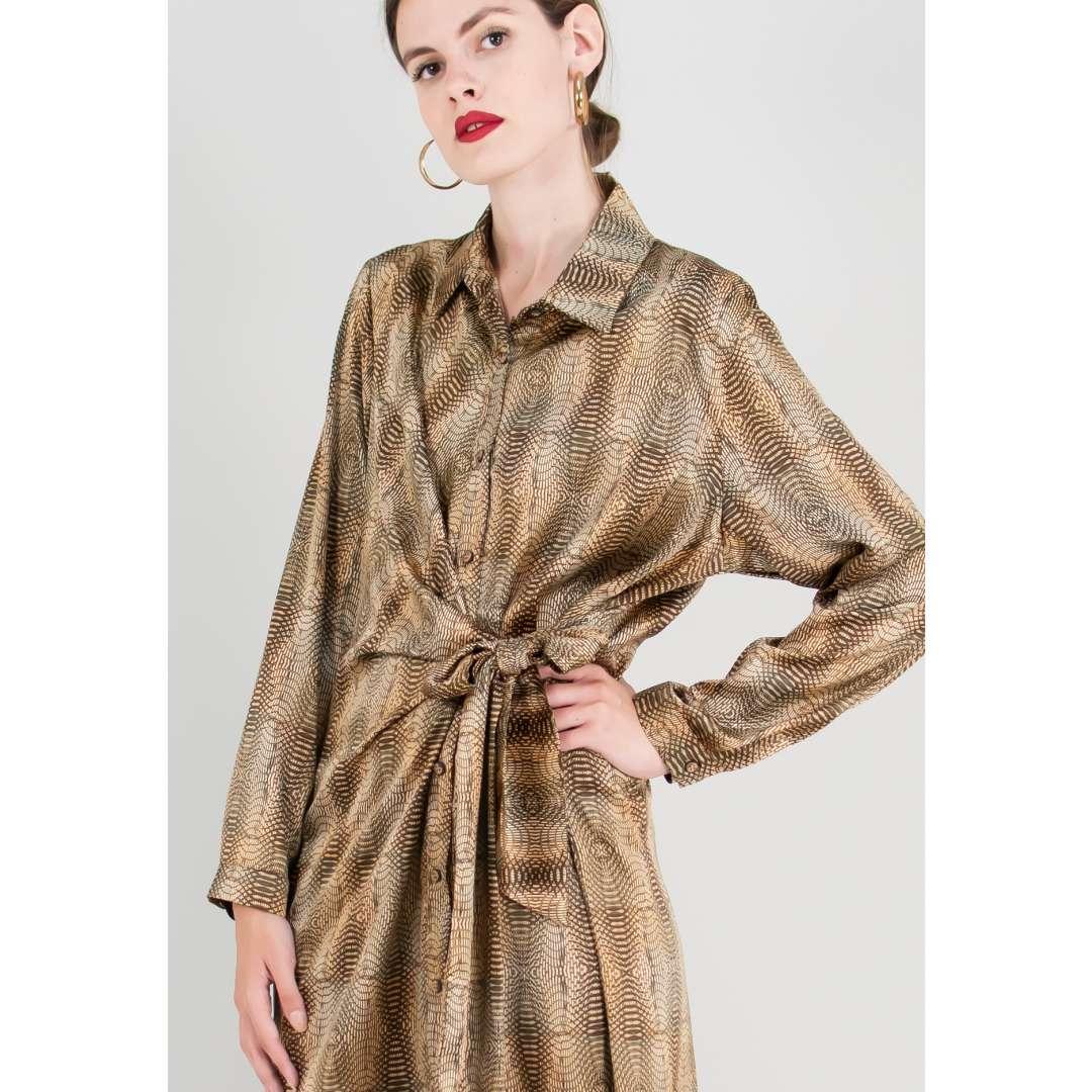 Εμπριμέ σατέν φόρεμα σε στιλ πουκάμισο.