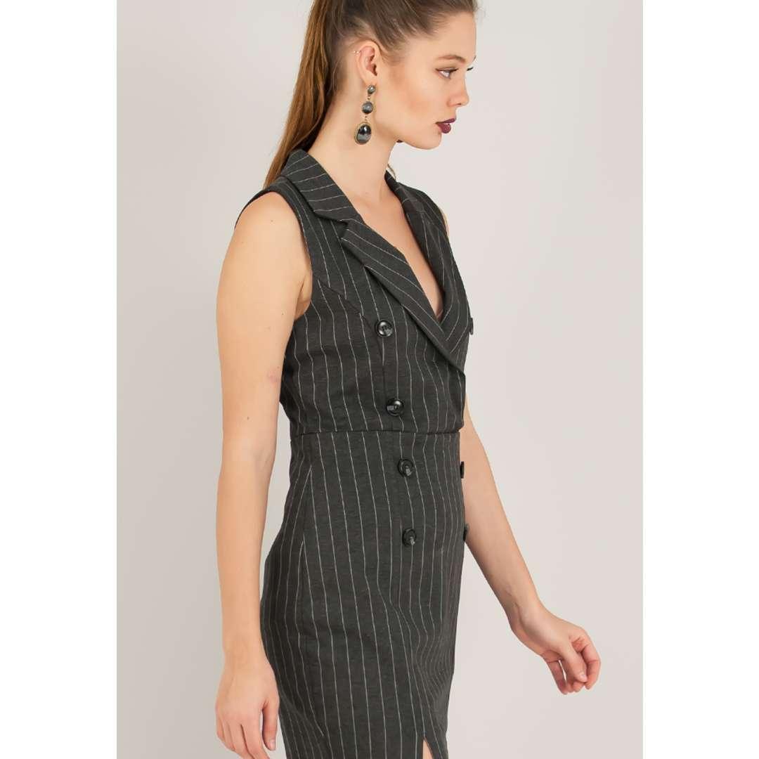 Ριγέ φόρεμα με κουμπιά μπροστά.