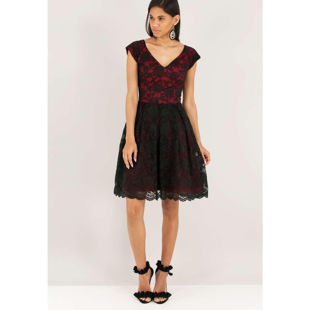 Δαντελένιο φόρεμα σε αντίθεση